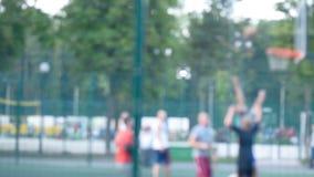 Streetball opleiding in openlucht in het park stock videobeelden