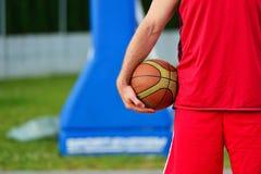 Streetball spelare med basketbollen utomhus Royaltyfri Bild