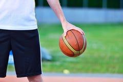 Streetball spelare med basketbollen utomhus Royaltyfri Foto