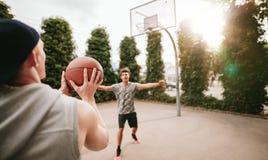 Streetball spelare på domstolen som spelar basket Royaltyfri Foto