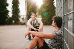 Streetball spelare som tar avbrottet efter en lek Royaltyfria Bilder