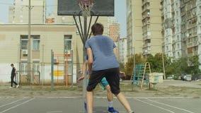Streetball-Spieler in der Aktion auf Basketballplatz stock video