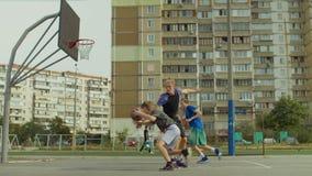 Streetball-Spieler, der den Layup geschossen auf Basketballplatz nimmt stock footage