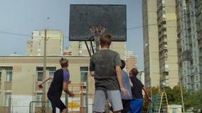 Streetball-Spieler, der einen Freiwurf auf Gericht nimmt stock footage