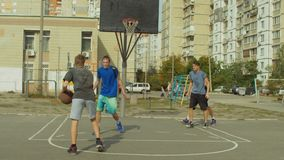 Streetball-Spieler, der einen Satz nimmt, schoss auf Gericht stock footage