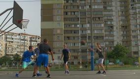 Streetball-Spieler, der einen Schuss während des Basketballspiels nimmt stock video footage