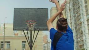Streetball-Spieler, der nach Satzschuß zählen nicht kann stock footage