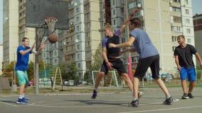 Streetball-Spieler, die den Ball auf Gericht führen stock footage