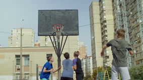 Streetball-Spieler, die für Rückstoß auf Gericht figthing sind stock video footage