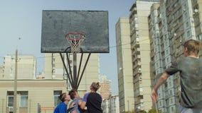 Streetball-Spieler, die springen, um Rückstoß auf Gericht zu nehmen stock video