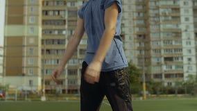 Streetball-Spieler-Trainingskasten leiten Gericht weiter stock footage