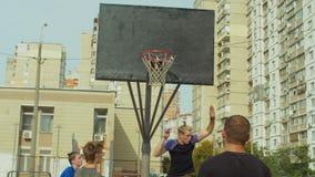 Streetball-Spielerpunktgewinne nach Rückstoß stock video footage