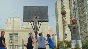 Streetball-Spielerschießen für zwei Punkte auf Gericht stock footage