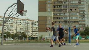 Streetball-Teampunktgewinne nach Layupschuß stock video footage