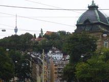 Streetcables i Stuttgart, en gammal byggnad och TVtornet arkivfoto