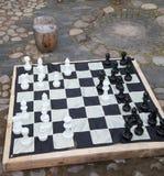 Streetchess kawałki przy kwadratem Deska szachowa gra Pokojowa scena plenerowy szachy dopasowanie w parku Fotografia Stock