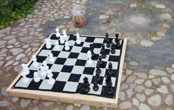 Streetchess kawałki przy kwadratem Deska szachowa gra Pokojowa scena plenerowy szachy dopasowanie w parku Zdjęcia Royalty Free