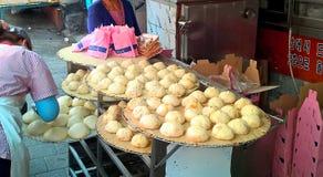Streetfood asiático - bollos en el mercado callejero coreano en Seul fotografía de archivo