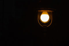 Streetlamp στο μαύρο υπόβαθρο Στοκ φωτογραφία με δικαίωμα ελεύθερης χρήσης