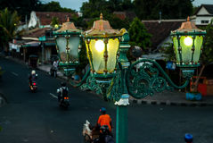 Streetlamp framme av porten till Kraton Royaltyfri Foto
