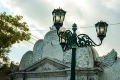 Streetlamp framme av porten till Kraton Royaltyfri Fotografi