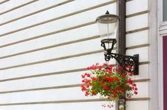 Streetlamp på en historisk byggnadfasad Royaltyfria Foton
