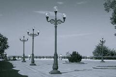 Streetlamps i stad parkerar Att gå in parkerar Arkivbild