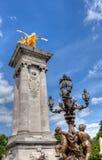 Streetlamps och kolonn med den guld- bevingade hästen i Paris Royaltyfria Foton
