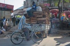 Streetlife in città di pietra su Zanzibar tanzania fotografie stock