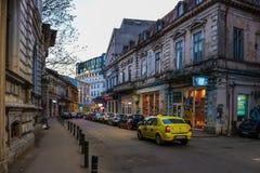 Streetlife com o táxi em Bucareste, Romênia imagens de stock