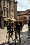 Streetlife in de Lente in de oude stad van Bratislava royalty-vrije stock afbeelding