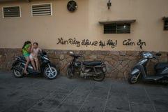 Streetlife - 2 vrouwelijke jonge geitjes in Ho-Chi-Minh-Stad stock afbeeldingen