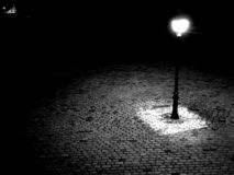 Streetlight i gatan svart white royaltyfri foto