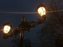 Streetlight på natten prydnadar Arkivfoto