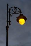 StreetlightLit på gryning Arkivfoton