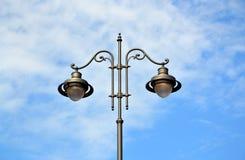 Streetlightpol med 2 lampor i mitten Royaltyfri Bild