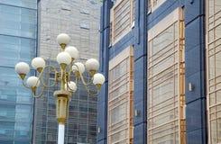 Streetlights i budynek biurowy Obrazy Stock