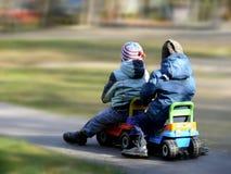 Streetracers. Pequeños niños. Parque. Juegos. Imagen de archivo