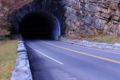 Streetscape de route de tunnel en parc national de montagnes fumeuses Photographie stock libre de droits