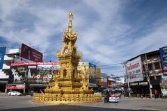 Streetscape med den utsmyckade guld- karusellen och trafik för klockatorn royaltyfri bild