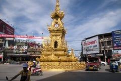 Streetscape med den utsmyckade guld- karusellen och trafik för klockatorn arkivbilder