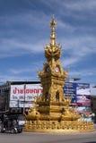 Streetscape met de overladen gouden rotonde van het klokketorenverkeer stock foto