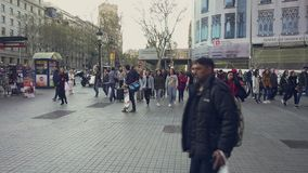 Streetscene στο κέντρο της πόλης της Βαρκελώνης, Plaza de Catalunya απόθεμα βίντεο