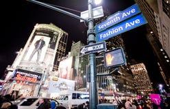 Streetscene de nuit sur le 7ème poids du commerce à New York Image stock