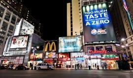 Streetscene de nuit sur le 7ème poids du commerce à New York Photographie stock libre de droits
