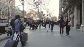 Streetscene nel centro urbano di Barcellona, Passeig de Gracia Street stock footage