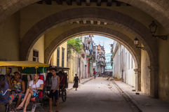 Streetscene von kubanischen Leuten im Fahrrad fahren in altes Havana mit einem Taxi stockfotos
