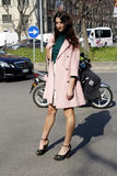 Streetstyle-Szene während der Modewoche Lizenzfreies Stockfoto