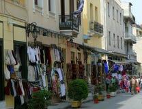 Streetview av den utomhus- shoppingmarknaden med folk som går i Aten, Grekland royaltyfri fotografi