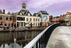 Streetview bij het Oude-Vest op de Ophaalbrug en Marechurch Leiden Holland royalty-vrije stock foto's